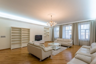 stylish 5-room apartment for rent in the very center of St-Petersburg
