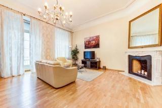 арендовать 3-комнатную квартиру с балконом в самом центре СПБ